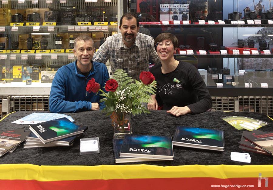 Firmando libros en Casanova Foto por Sant Jordi – El blog